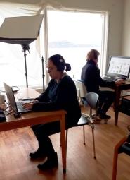 Midlertidig fotostasjonen på Finnøy. Belen og Eirik redigerer bilder før de legges inn i Primus, Finnøy. Foto: Jeanne Dalbu